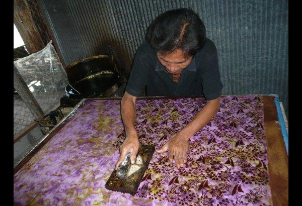 batik-by-mirah-stamping-and-drying-7